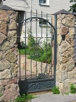 Калитка выполнена в одном стиле с распашными воротами